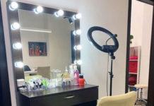 Гримерный столик с зеркалом и с кольцевой лампой