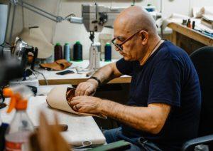 Реставратор обуви за работой